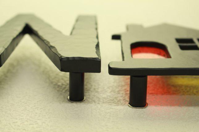 左がMEGA(厚さ10mm)、右が通常のアルミ表札(厚5mm)。比べてみれば分かる、MEGAの圧倒的な存在感!