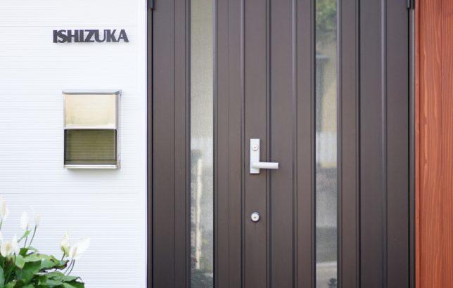 表札マイスターのお客様の施工例より 表札はISHIZUKA カラーはブラックです。