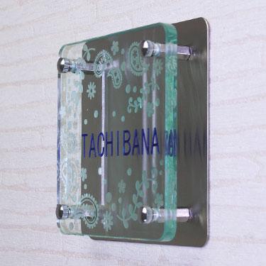 フラットガラス表札Gシリーズ正方形150クリア「ペイズリー」ステンレス板付