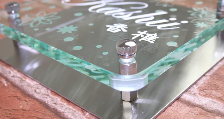 フラットガラス表札Gシリーズ正方形170クリア「ブーケ」ステンレス板付