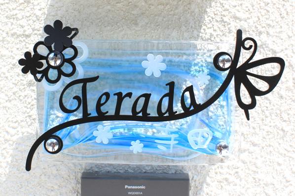 """LS表札""""春のワルツ""""特注対応:手作りガラス200x120マーブルブルーを使用、ステンレス部分:フォント9・ブラック、ガラス部分:フォント20・白"""